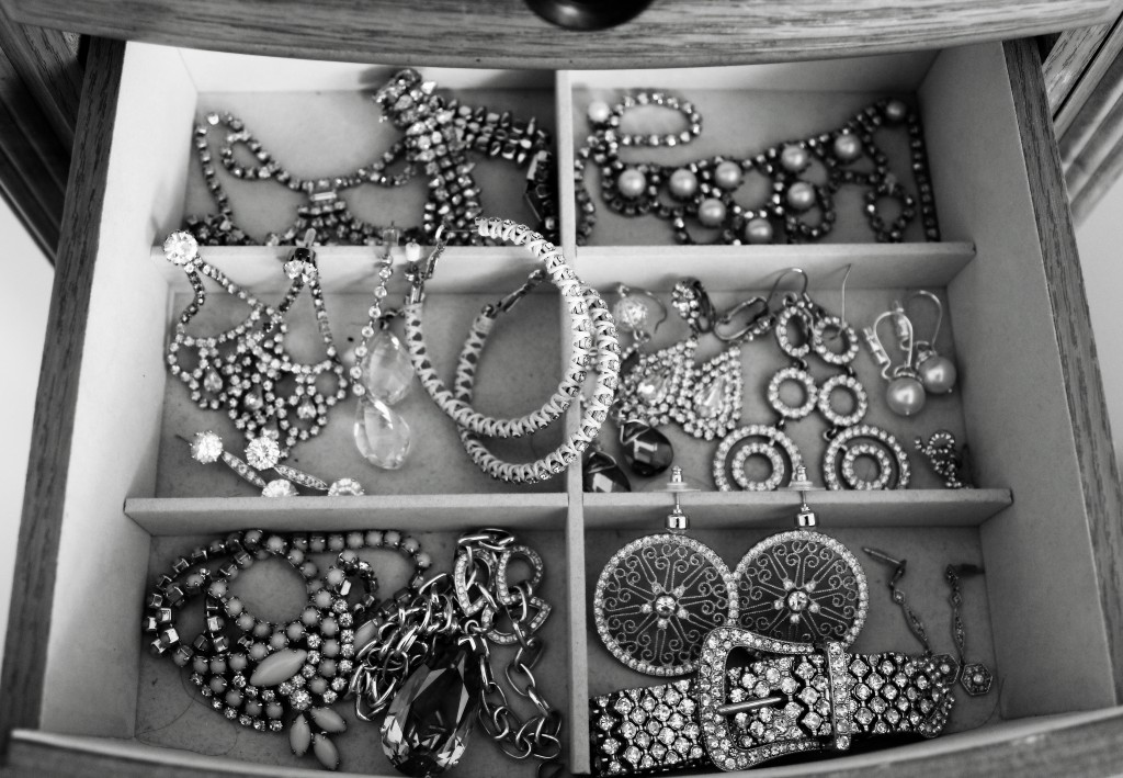 jewels_black_white_otonish